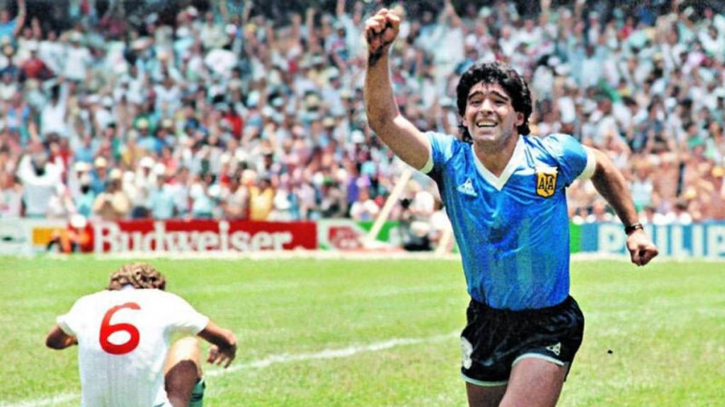 "Futbolun yaşayan efsanesi "" Diego Maradona "" hayatını kaybetti."