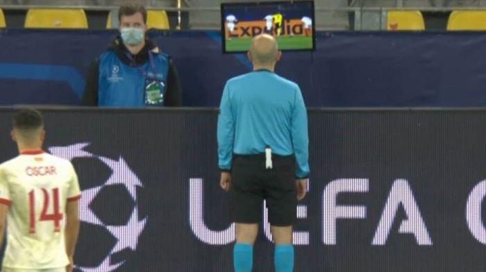 Cüneyt Çakır'dan Şampiyonlar Ligi'nde tarihi karar! Gol, VAR ile penaltı oldu...