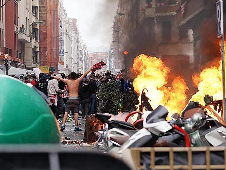 İspanya'da taraftarlar şehri ateşe verdi!