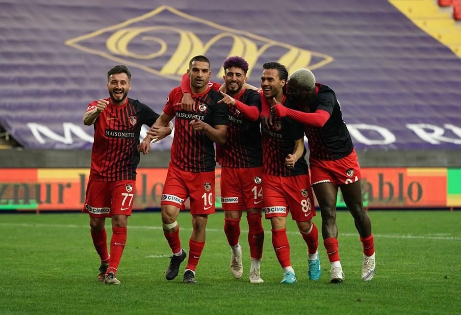 Gaziantep FK'da 4, Başakşehir'de 1 vaka